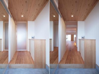 杉羽目板で仕上げた玄関天井 (引き込み障子と小上がり畳の可変性を持たせたリノベーション)