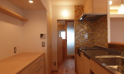 引き込み障子と小上がり畳の可変性を持たせたリノベーション (造作キッチンとカウンター式の背面収納)