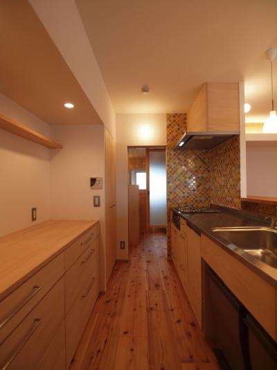 造作キッチンとカウンター式の背面収納 (引き込み障子と小上がり畳の可変性を持たせたリノベーション)