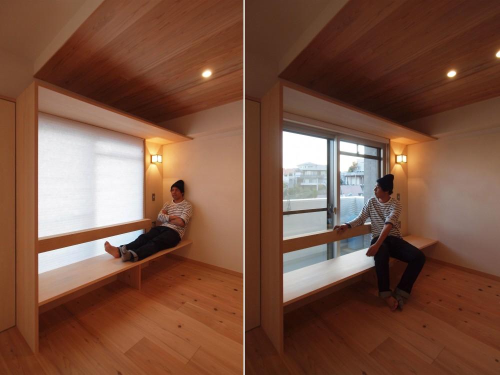 窓際造作ベンチと多様性のある小リビングを持つ住まい (外と繋がる窓際を造作ベンチで生かす)