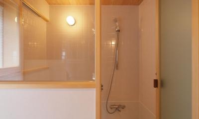 窓際造作ベンチと多様性のある小リビングを持つ住まい (白タイルと杉羽目板天井の浴室)