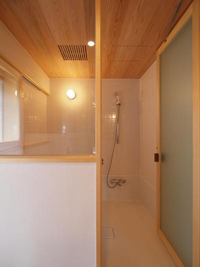 白タイルと杉羽目板天井の浴室 (窓際造作ベンチと多様性のある小リビングを持つ住まい)