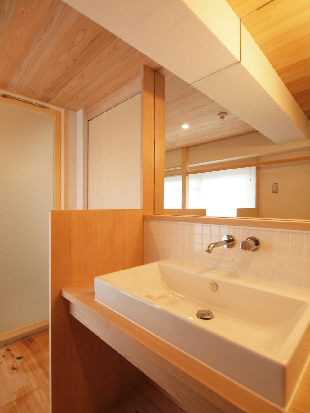 窓際造作ベンチと多様性のある小リビングを持つ住まい (陽射しの入る明るく清潔感のある水回り)