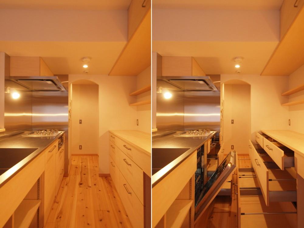 窓際造作ベンチと多様性のある小リビングを持つ住まい (パントリーと繋がるキッチン空間)