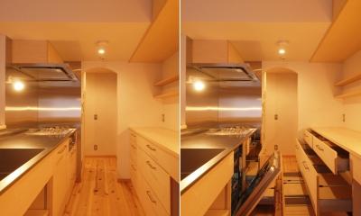 パントリーと繋がるキッチン空間|窓際造作ベンチと多様性のある小リビングを持つ住まい