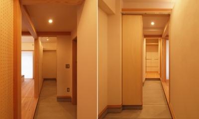 生活動線としても機能する玄関土間|窓際造作ベンチと多様性のある小リビングを持つ住まい