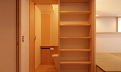窓際造作ベンチと多様性のある小リビングを持つ住まい (広めの玄関ホールは多目的空間に)