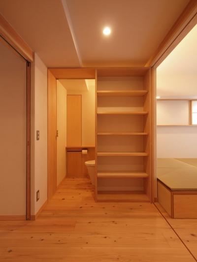 広めの玄関ホールは多目的空間に (窓際造作ベンチと多様性のある小リビングを持つ住まい)