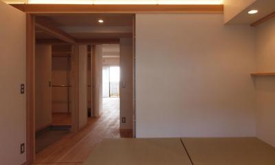 窓際造作ベンチと多様性のある小リビングを持つ住まい (北側フリールームは玄関ホールと一体に)