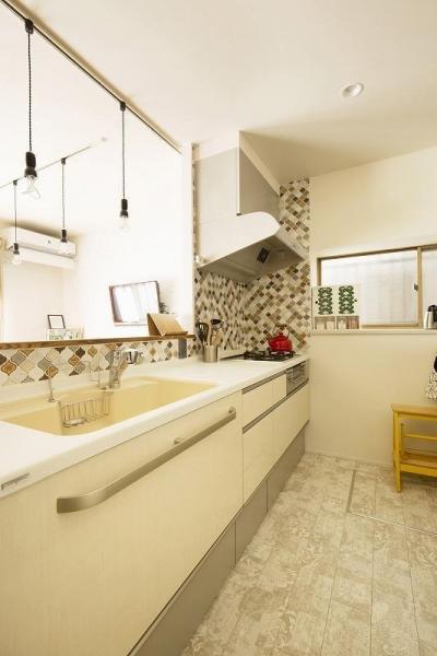 キッチン (小上がりの畳スペースを有効活用)