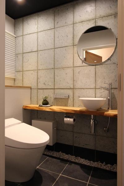 和モダンなデザインのトイレ (和モダンの実家リノベーション~ 愛車を眺めて寛ぐ至福のガレージハウス~)