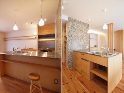 ペニンシュラ型の造作キッチン (大きな土間収納がある自然素材リノベーション)