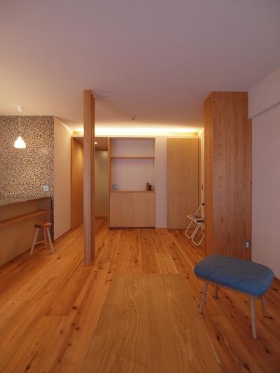 間接照明を用い、柔らかな印象に空間に (大きな土間収納がある自然素材リノベーション)