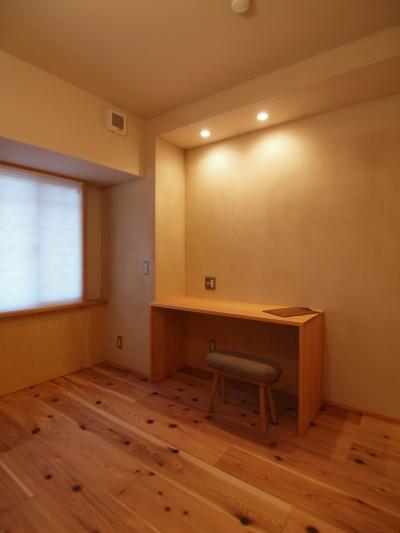 落ち着いた色合いで仕上げた多目的室 (大きな土間収納がある自然素材リノベーション)
