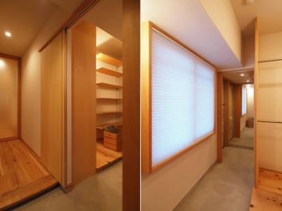 玄関とウォークスルークローゼットを繋げる土間収納 (大きな土間収納がある自然素材リノベーション)