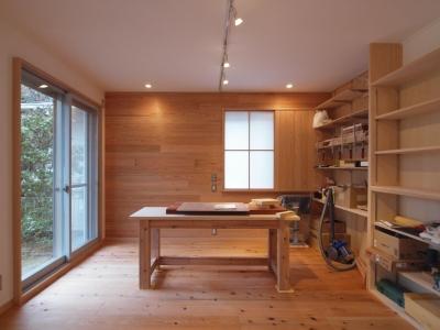 DIYを愉しむワークスペースのある戸建てリフォーム (木に包まれたワークスペース空間)