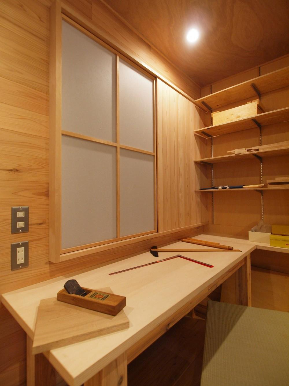 DIYを愉しむワークスペースのある戸建てリフォーム (杉羽目板の壁を設け、イメージを刷新)