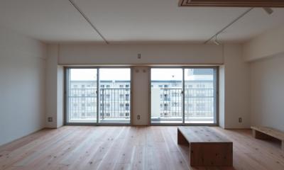 窓の上枠を通す事で一体的に感じられるように|子育てファミリーが暮らす断熱改修マンションリノベーション
