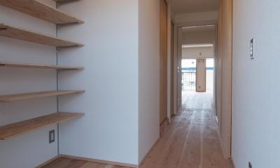 オープンな可動棚を設けた玄関ホール|子育てファミリーが暮らす断熱改修マンションリノベーション