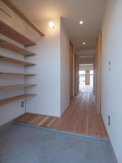 オープンな可動棚を設けた玄関ホール (子育てファミリーが暮らす断熱改修マンションリノベーション)