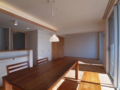 杉フローリングと珪藻土壁の自然素材に包まれた住空間に (杉フローリングと黒芯ウッドデッキのある築浅マンションリノベーション)