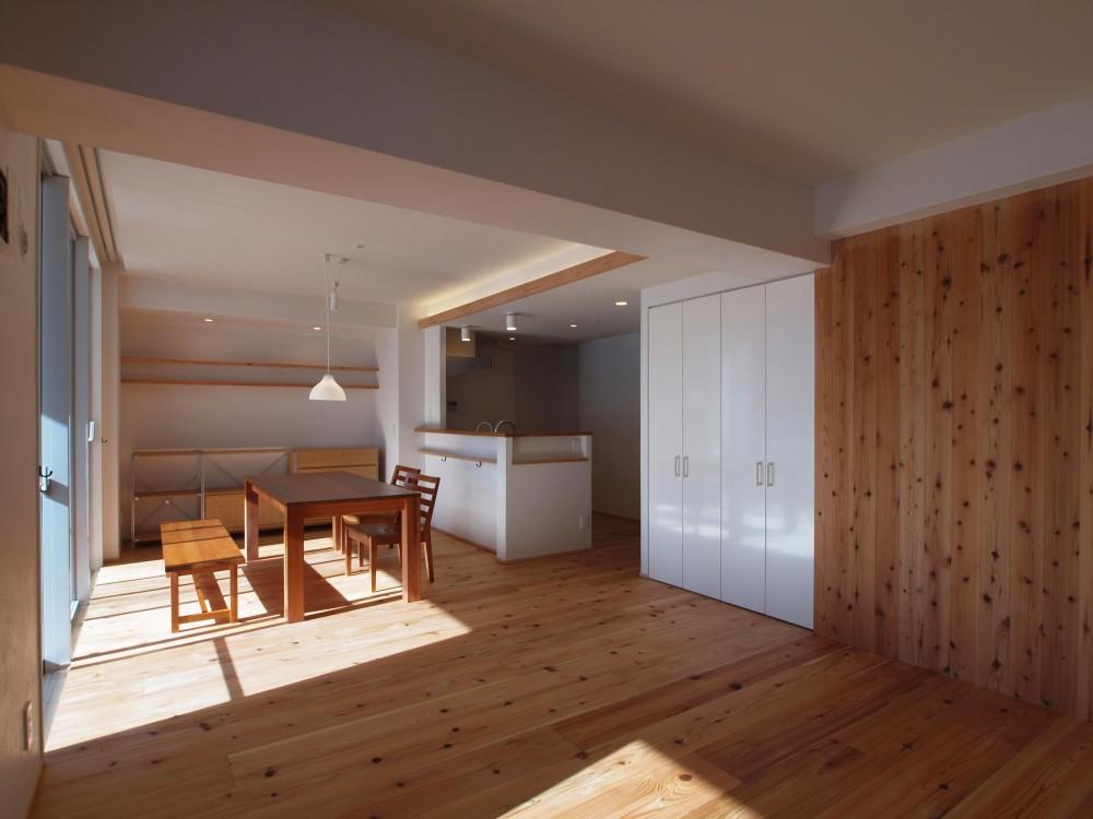 杉フローリングと黒芯ウッドデッキのある築浅マンションリノベーション (杉羽目板の壁は空間のアクセントに)