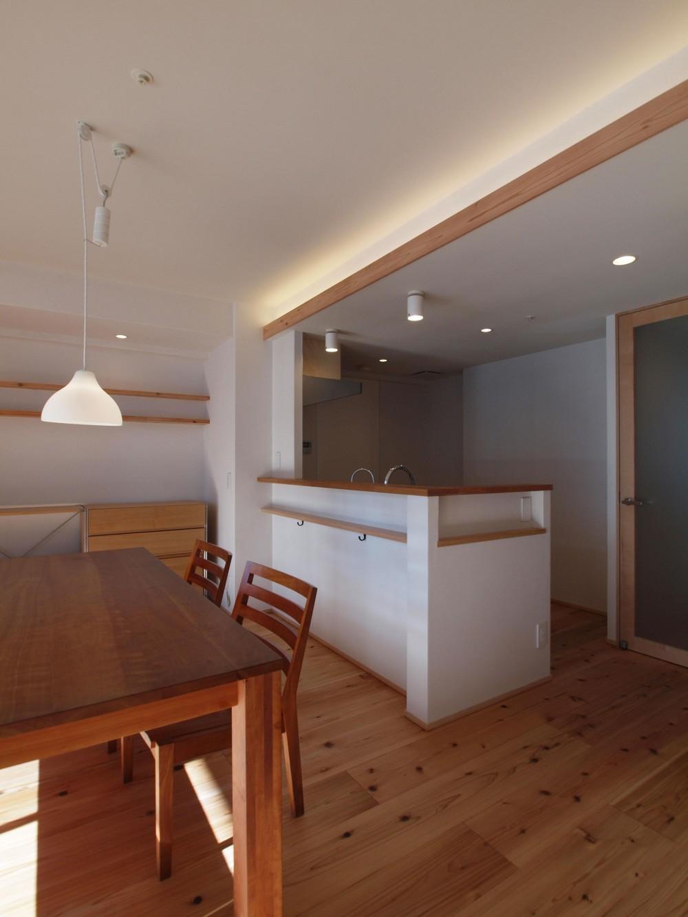杉フローリングと黒芯ウッドデッキのある築浅マンションリノベーション (吊り戸を撤去し、開放的なキッチンに)