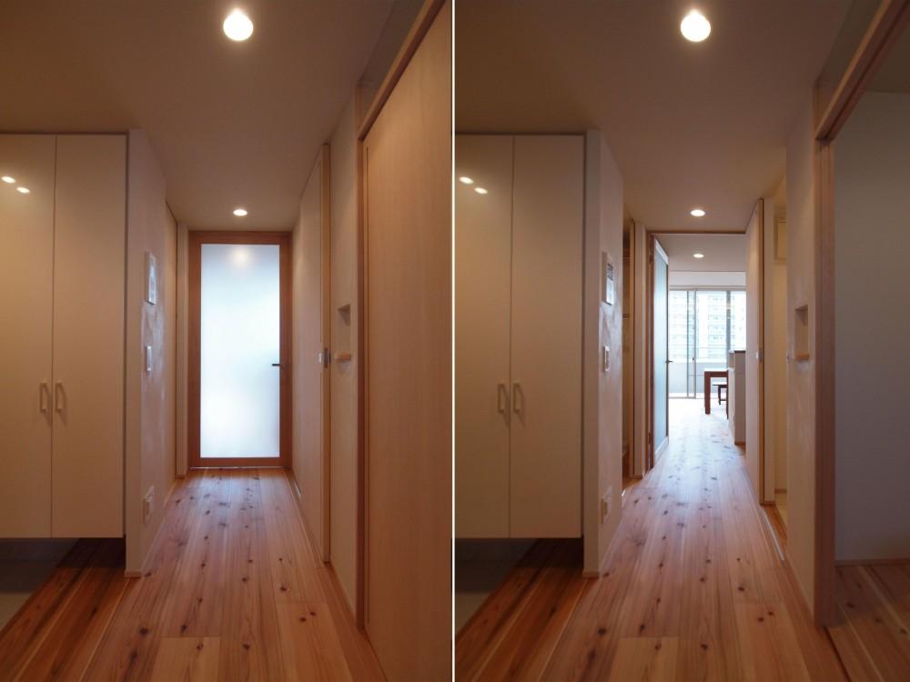 杉フローリングと黒芯ウッドデッキのある築浅マンションリノベーション (杉フローリングで明るい印象の廊下に)