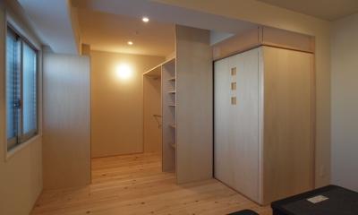 杉フローリングと黒芯ウッドデッキのある築浅マンションリノベーション (造作クローゼットと一体になった寝室)