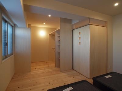 造作クローゼットと一体になった寝室 (杉フローリングと黒芯ウッドデッキのある築浅マンションリノベーション)