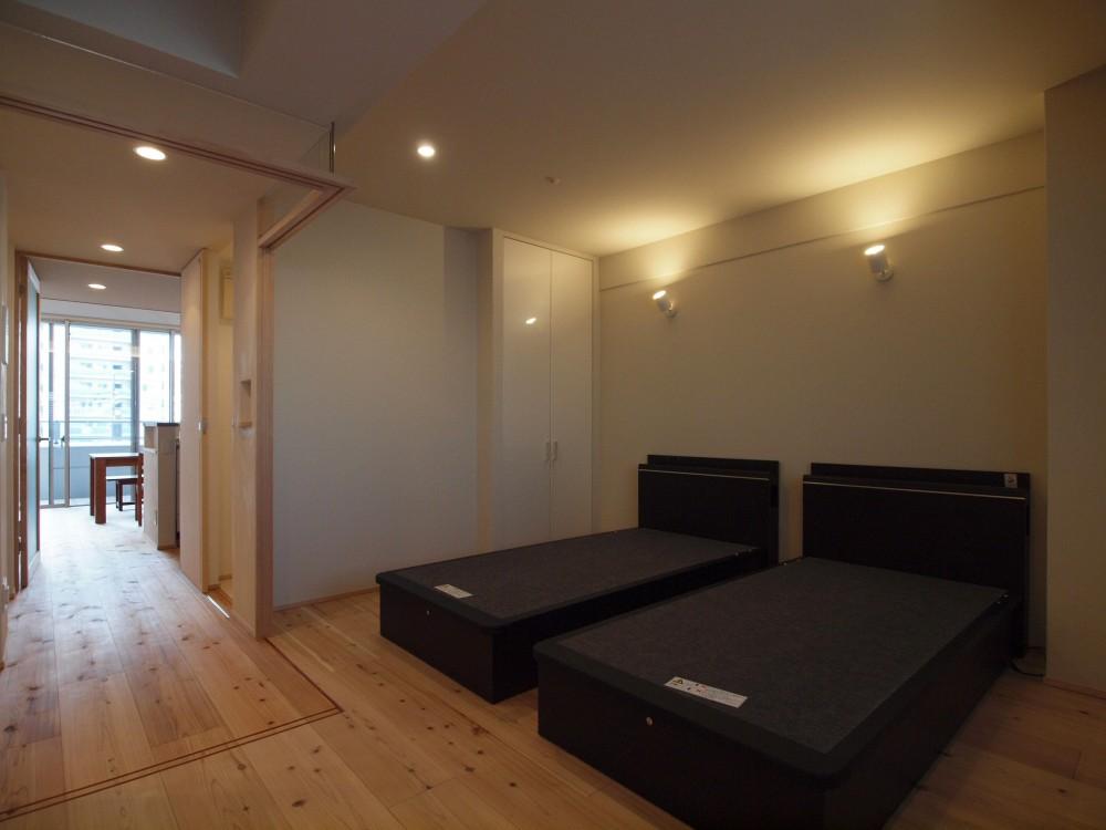 杉フローリングと黒芯ウッドデッキのある築浅マンションリノベーション (建具を引込み、寝室を開放的な空間に)