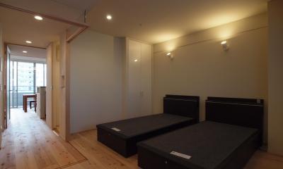建具を引込み、寝室を開放的な空間に|杉フローリングと黒芯ウッドデッキのある築浅マンションリノベーション