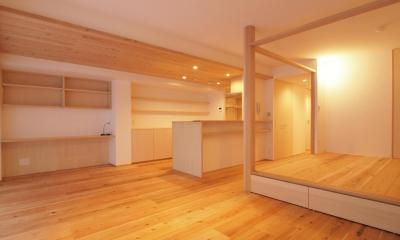 土間スペースと小上がり寝室・床下収納のある木の住まい (小上がりは、多目的な使い方が出来る空間に)