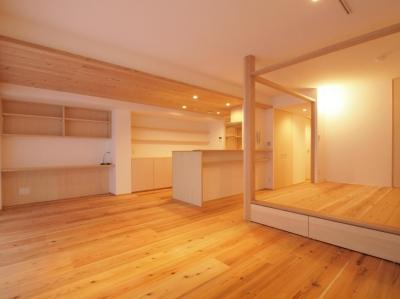 小上がりは、多目的な使い方が出来る空間に (土間スペースと小上がり寝室・床下収納のある木の住まい)