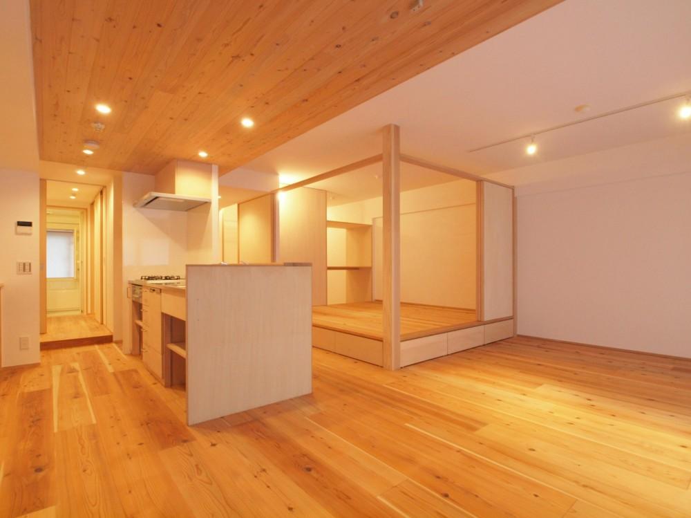 土間スペースと小上がり寝室・床下収納のある木の住まい (天井高さで空間をやんわりと分ける)