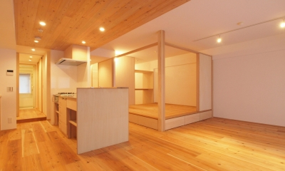 天井高さで空間をやんわりと分ける|土間スペースと小上がり寝室・床下収納のある木の住まい