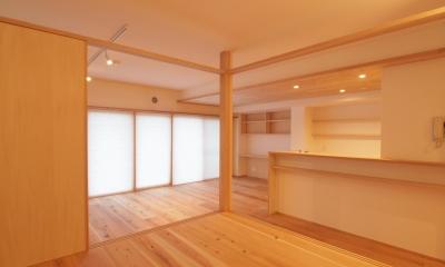 土間スペースと小上がり寝室・床下収納のある木の住まい (空間にアクセントを与える小上がり空間)