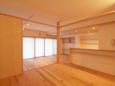 空間にアクセントを与える小上がり空間 (土間スペースと小上がり寝室・床下収納のある木の住まい)