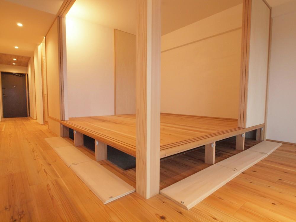 土間スペースと小上がり寝室・床下収納のある木の住まい (小上がりの床下は大容量の床下収納)
