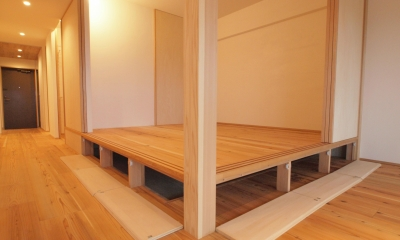 小上がりの床下は大容量の床下収納|土間スペースと小上がり寝室・床下収納のある木の住まい