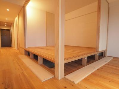 小上がりの床下は大容量の床下収納 (土間スペースと小上がり寝室・床下収納のある木の住まい)