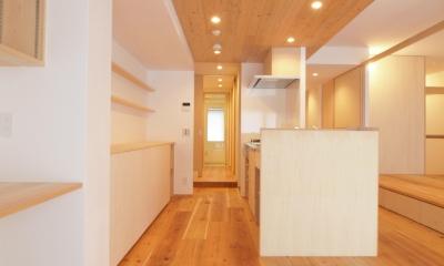 空間の繋がりを感じる杉羽目板天井|土間スペースと小上がり寝室・床下収納のある木の住まい