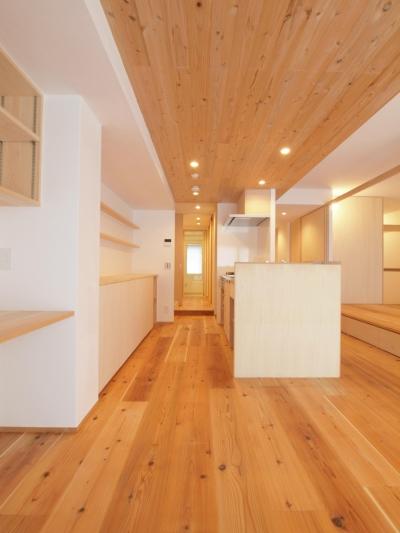 空間の繋がりを感じる杉羽目板天井 (土間スペースと小上がり寝室・床下収納のある木の住まい)