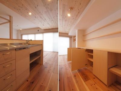 天井高さを抑えたキッチン・ダイニング空間 (土間スペースと小上がり寝室・床下収納のある木の住まい)