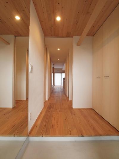 杉羽目板天井で軽やかな印象の玄関ホール (土間スペースと小上がり寝室・床下収納のある木の住まい)