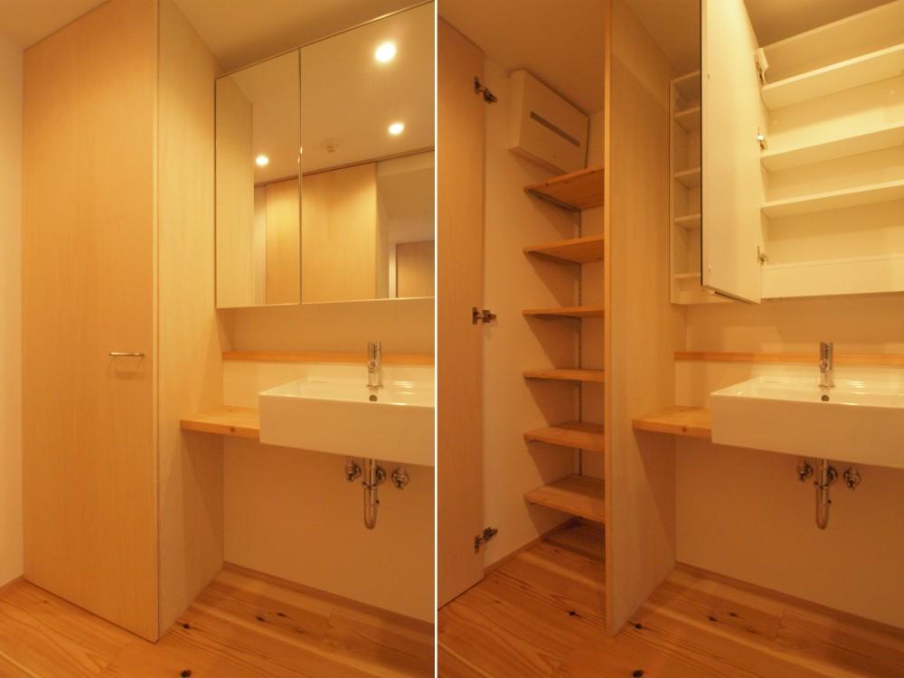 土間スペースと小上がり寝室・床下収納のある木の住まい (シンプルかつ収納量を確保した洗面脱衣空間)