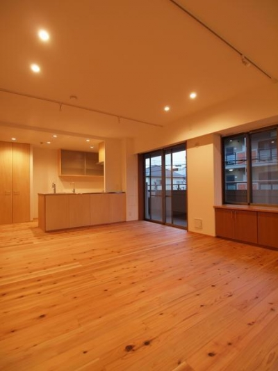 杉床と広々とした造作キッチンのある部分リフォーム (既存フローリングを撤去し、杉フローリング張りの床に)