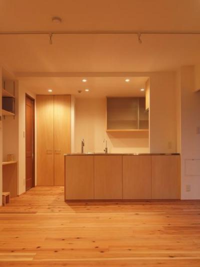 杉床と広々とした造作キッチンのある部分リフォーム (吊り戸を撤去し、開放的なキッチンに)