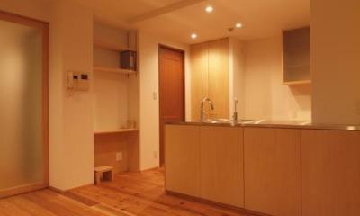 ダイニング収納となるキッチンカウンター|杉床と広々とした造作キッチンのある部分リフォーム