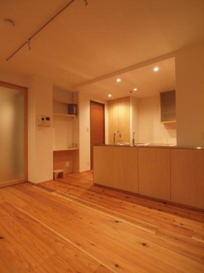 杉床と広々とした造作キッチンのある部分リフォーム (ダイニング収納となるキッチンカウンター)